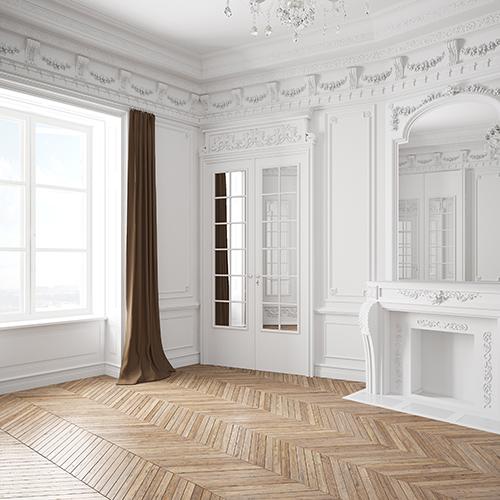 Leerer heller Raum mit weißem Stuck in einer alten Villa